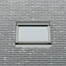 Modernes Dachfenster und Schieferdach